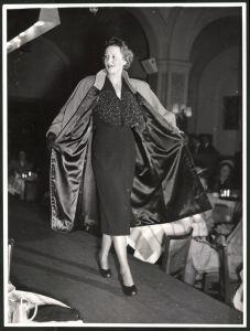 Fotografie Fotograf unbekannt, Ansicht Wien, Modeschau, Model im Nachmittagskleid aus schwarzer matter Seide