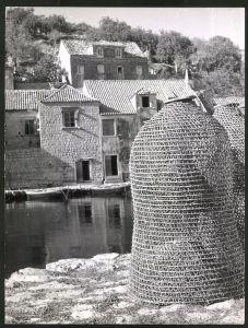 Fotografie Fotograf unbekannt, Ansicht Sipan - Tschipan, Fischerreusen in einer Ortschaft auf der Insel in Dalmatien
