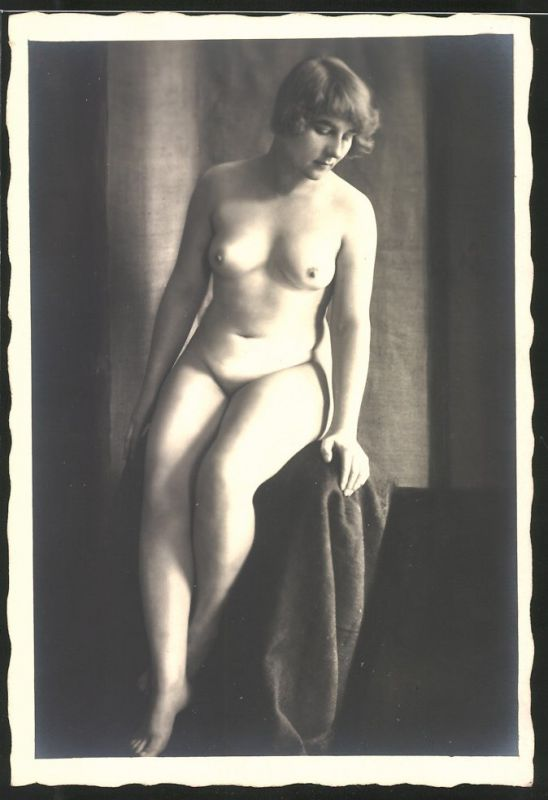 Fotografie Akt-Model, nackte junge Frau in sitzender Pose