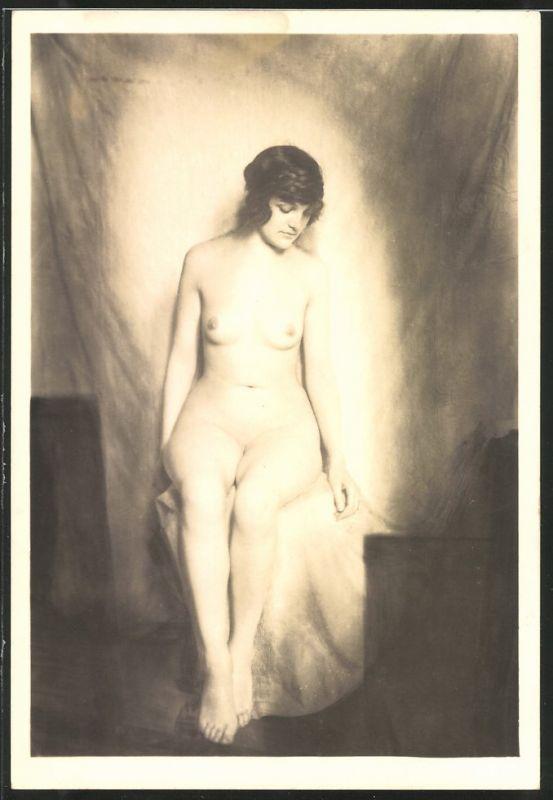 Fotografie Akt-Model, junge nackte Frau vor beleuchtetem Tuch posierend