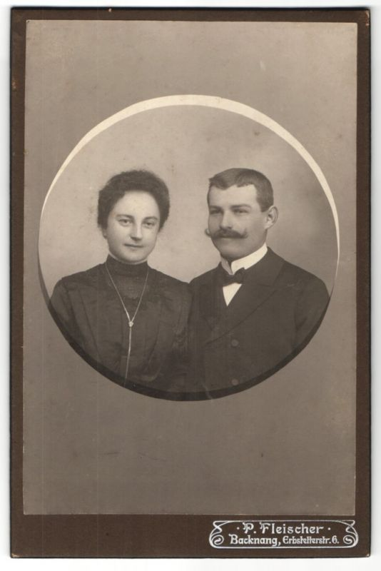 Fotografie P. Fleischer, Backnang, Portrait bürgerliches Paar in Passepartout