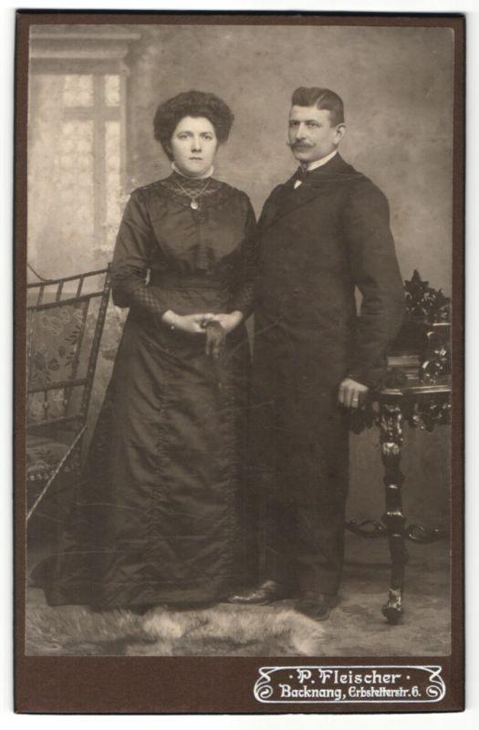 Fotografie P. Fleischer, Backnang, Portrait bürgerliches Paar in zeitgenössischer Mode