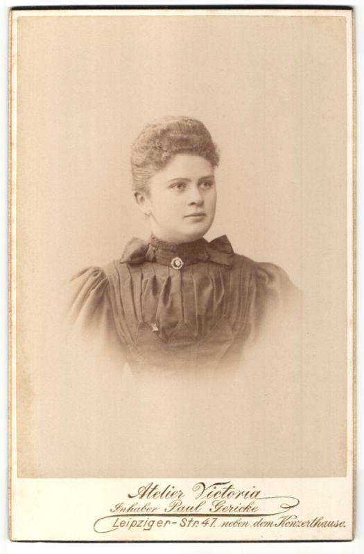 Fotografie Paul Gericke, Berlin, Portrait junge Frau mit zurückgebundenem Haar