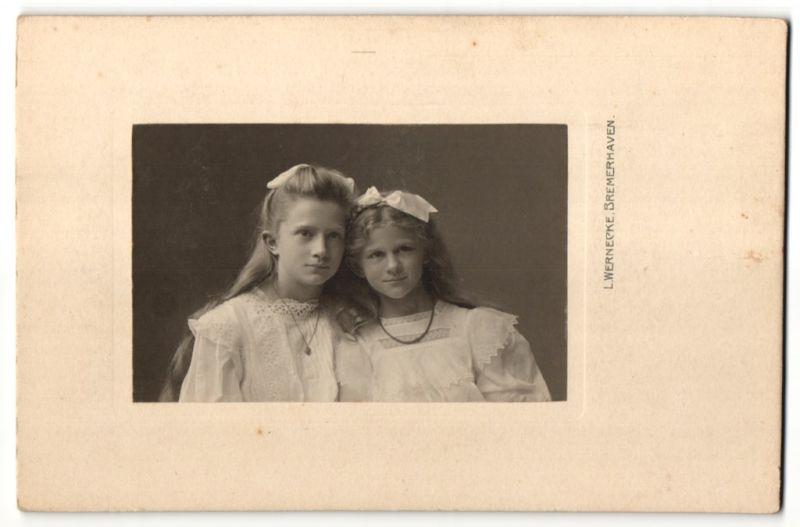 Fotografie L. Wernecke, Bremerhaven, Portrait zwei Mädchen mit Haarschleifen