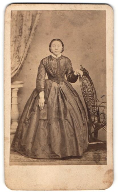 Fotografie Dame mit Schmuck, Ohrringen und Brosche, trägt elegantes Kleid