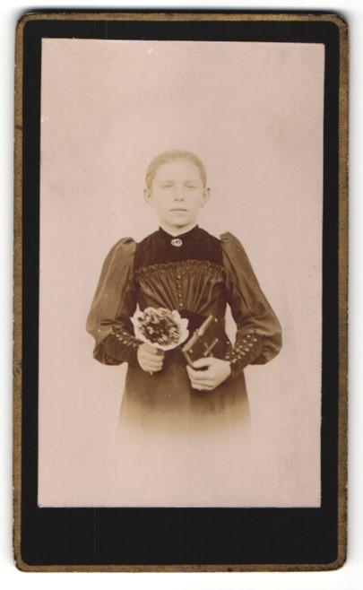 Fotografie Mädchen im modischen Kleid mit Bibel und Blumenstrauss