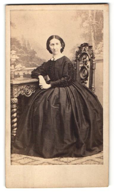 Fotografie Edeldame im modischen schwarzen Kleid