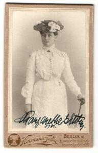 Fotografie Hermann Tietz, Berlin, Edeldame im weissen Kleid mit Schirm und eleganten Hut