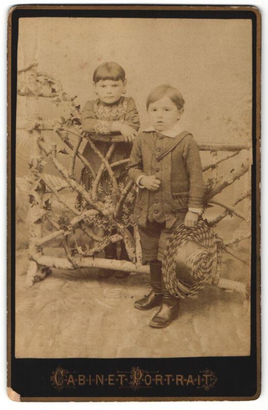 Fotografie Knabe mit Hut & Mädchen zünftig gekleidet in einem Foto-Atelier
