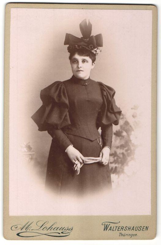 Fotografie M. Lohauss, Waltershausen / Thüringen, Edeldame im schwarzen Kleid trägt modischen Hut