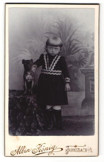 Fotografie Albin König, Jahnsbach i. S., Mädchen hält Hund am Halsband fest
