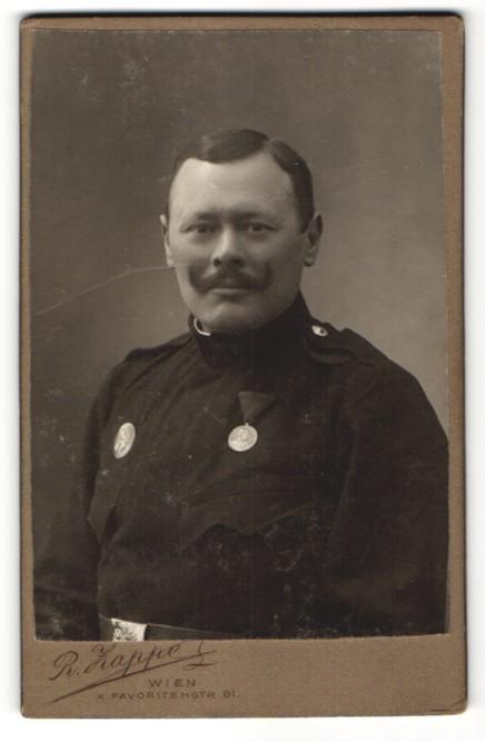 Fotografie R. Zappe, Wien, Portrait Österreichischer Soldat in Uniform mit Orden & Auszeichnung