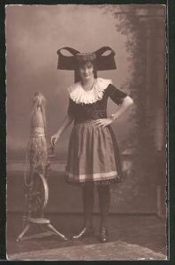 AK Frau in Tracht von Schaumburg-Lippe am Spinnrad