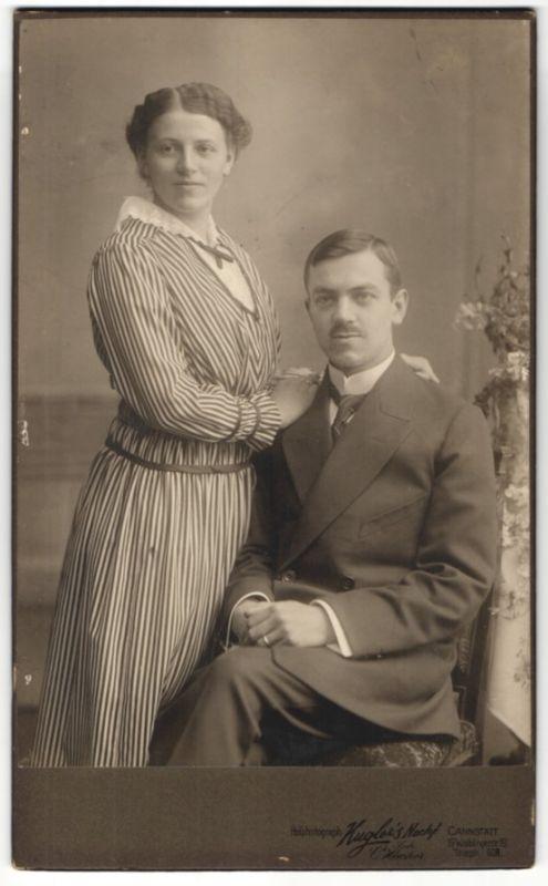 Fotografie Kugler's Nachf., Stuttgart-Cannstatt, Ehepaar im feinen Zwirn