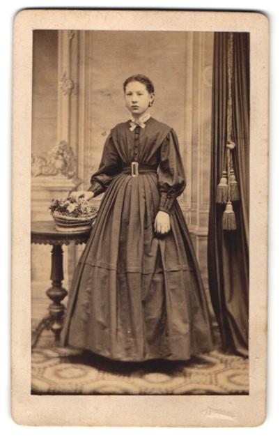 Fotografie Portrait junge Dame im modischen Kleid mit Blumenkorb