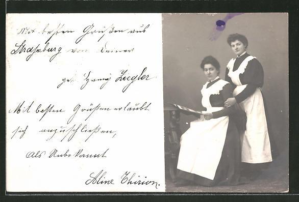 Foto-AK Dienstmädchen lesen in der Zeitung