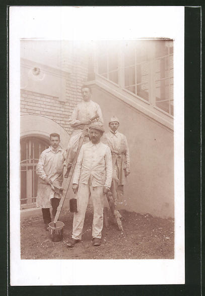 Foto-AK Malergesellen in Arbeitskleidung mit Leiter