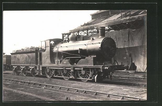 AK Englische Eisenbahn-Lokomotive an einem Bahnhof