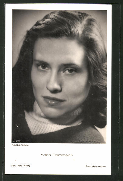 AK Anna Dammann, Portrait der Schauspielerin mit Rollkragen
