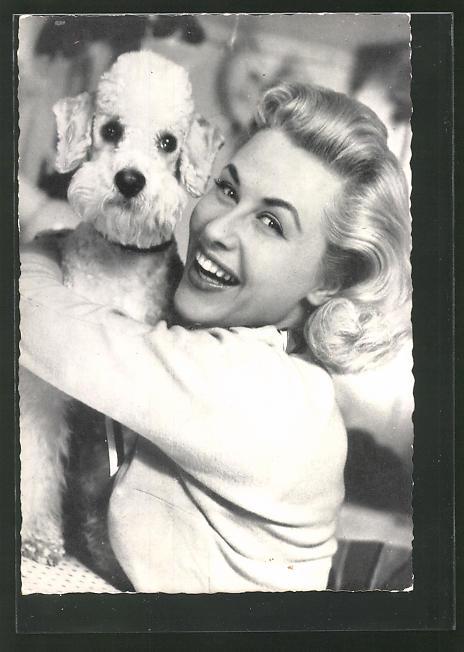 AK Schauspielerin Bibi Johns lächelnd mit Hund auf dem Arm