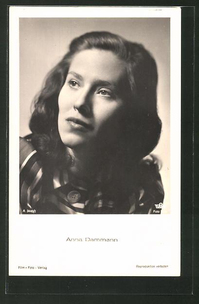AK Schauspielerin Anna Dammann schaut zur Seite