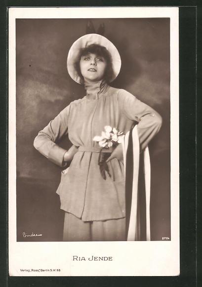 AK Schauspielerin Ria Jende im Hosenanzug mit Hut