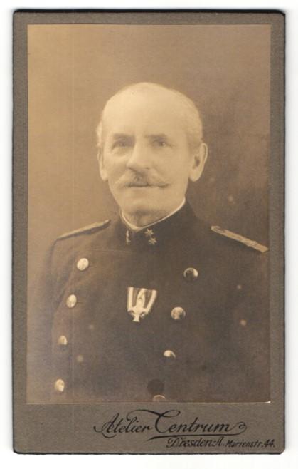Fotografie Atelier Centrum, Dresden, Portrait Österreichischer Offizier in k.u.k. Uniform mit Orden