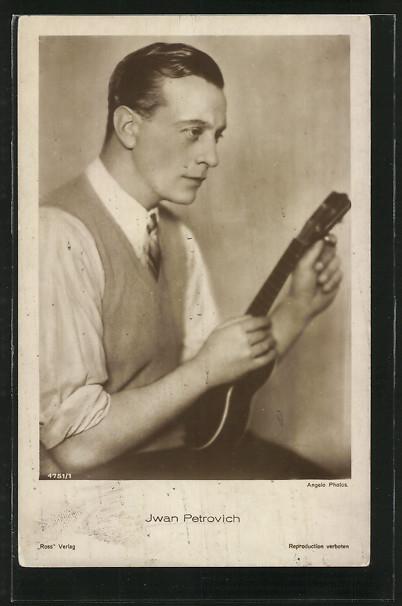 AK Schauspieler Iwan Petrovich mit Musikinstrument