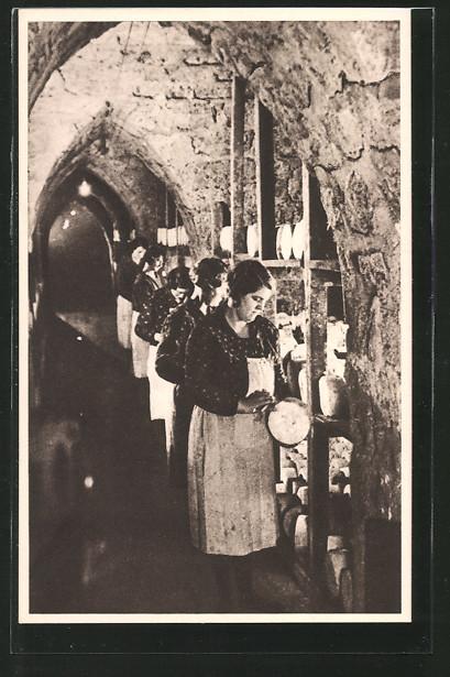 AK Roquefort, Cave carrière: Une allée, Frauen testen den Käse