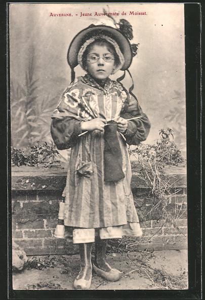 AK Auvergne, Jeune Auvergnate de Moissat, Mädchen beim stricken