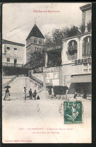 AK St-Gaudens, l'escalier de la ville et le clocher de l'église, des personnes sur la place