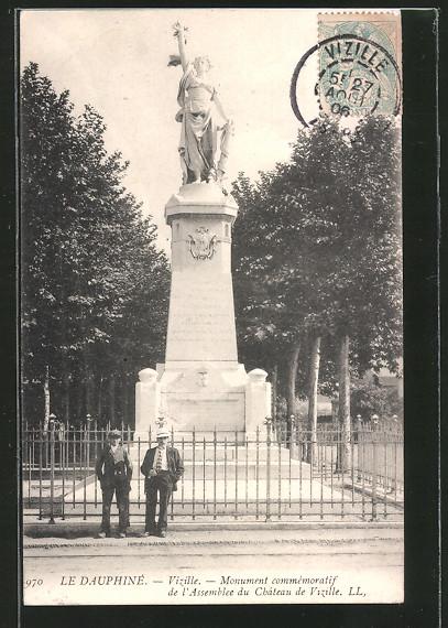 AK Vizille, le monument commémoratif de l'Assemblée du château de Vizille, deux hommes devant la grille