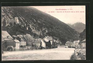 AK Saint-Béat, le groupe de maisons sur la Rive droite, la Garonne au milieu
