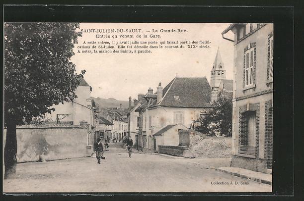 AK Saint-Julien-du-Sault, la Grande-Rue, entrée en venant de la Gare