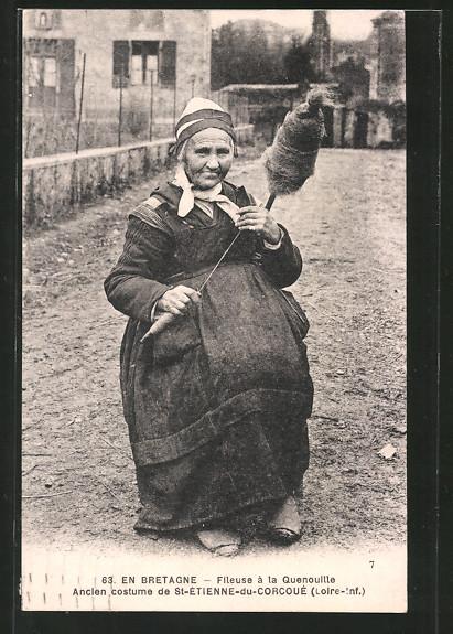 AK St-Etienne-du-Corcoué, Fileuse à la Quenouille, alte Dame hält eine Spinnradspindel in der Hand