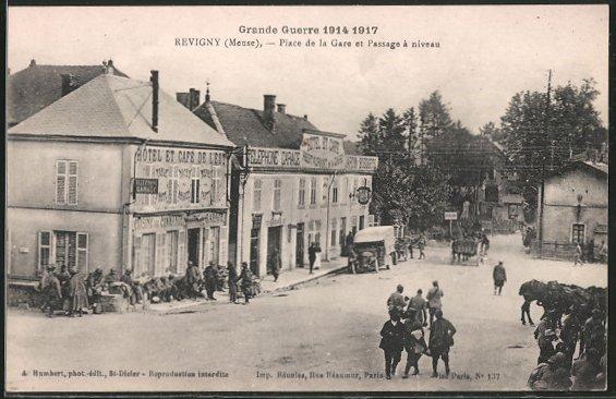 AK Revigny, Place de la Gare et Passage à niveau