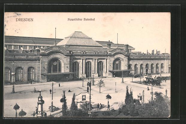AK Dresden-Neustadt, Neustädter Bahnhof mit Passanten, Pferdekutsche
