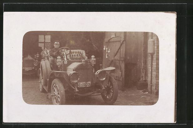Foto-AK Fahrer in luxuriösem Wagen vor Garage, Cabrio