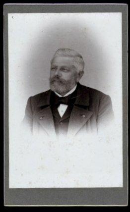 Fotografie Fotograf und Ort unbekannt, Portrait Edelmann mit Vollbart im Anzug & Mantel