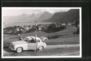 Foto-AK Auto Borgward steht am Rande eines Ortes