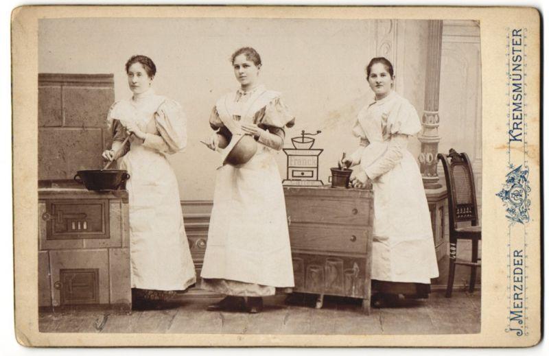 Fotografie J. Merzeder, Kremsmünster, Portrait Dienstmädchen in Küchenkulisse, Kaffeemühle-Werbund