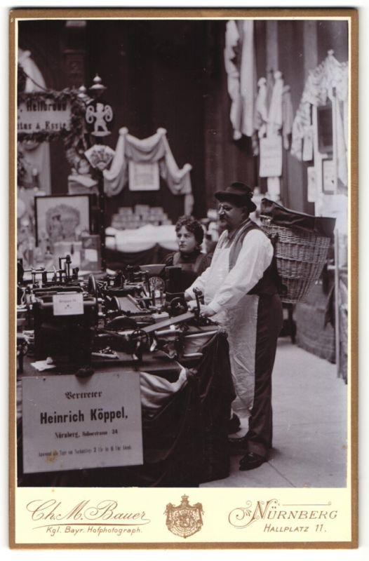 Fotografie Ch. M. Bauer, Nürnberg, Portrait Mann mit Tragekorb an Messestand von Vertreter Heinrich Köppel, Nürnberg
