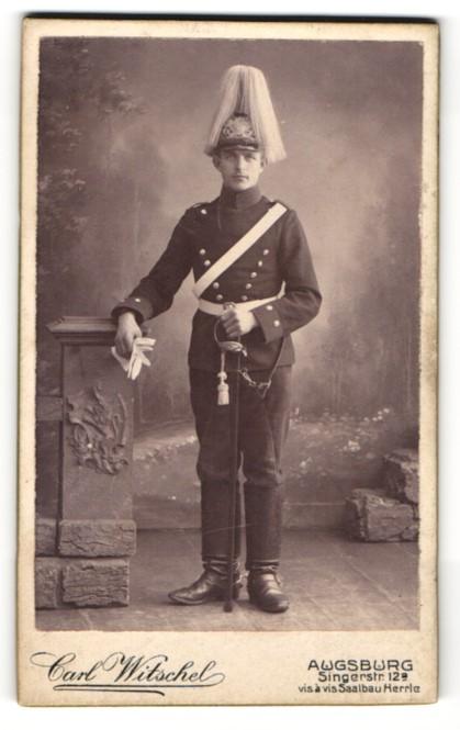 Fotografie Carl Witschel, Augsburg, Portrait Kavallerist in Uniform mit Helm und Rapier