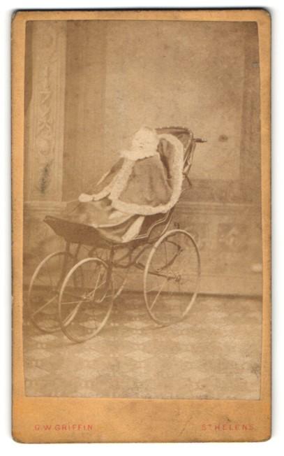 Fotografie G. W. Griffin, St Helens, Portrait Kleinkind in Kinderwagen