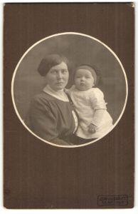 Fotografie Jean van Daagen, unbekannter Ort, Portrait Frau mit Säugling in Pessepartout