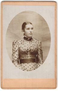 Fotografie unbekannter Fotograf und Ort, Portrait junge Dame in gepunktetem Kleid