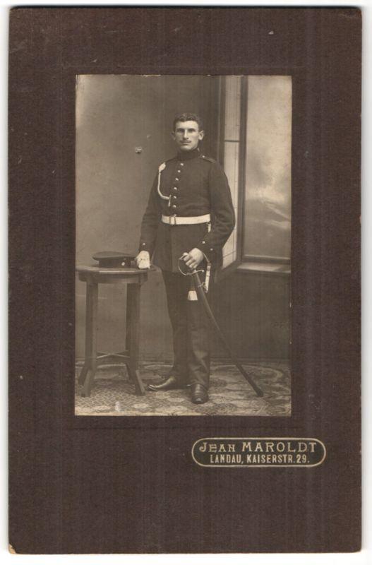 Fotografie Jean Maroldt, Landau, Portrait Soldat mit Säbel