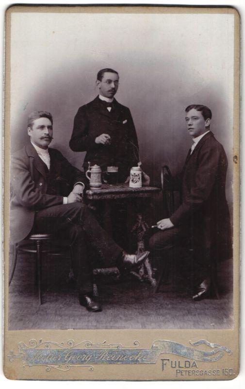Fotografie Georg Reinicke, Fulda, Portrait drei junge Herren mit Bierkrügen