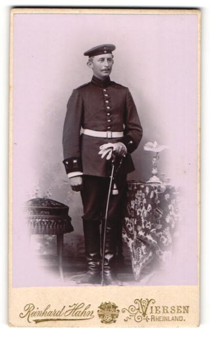 Fotografie Reinhard Hahn, Viersen, Portrait Soldat eines Garderegiments mit Säbel