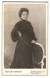 Fotografie Rich. Schiewick, Portrait Dresden-N., Portrait Dame in schwarzem Kleid